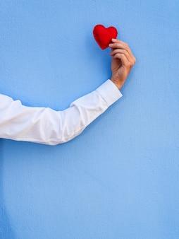 Feliz dia dos namorados. mão segurando um brinquedo de coração