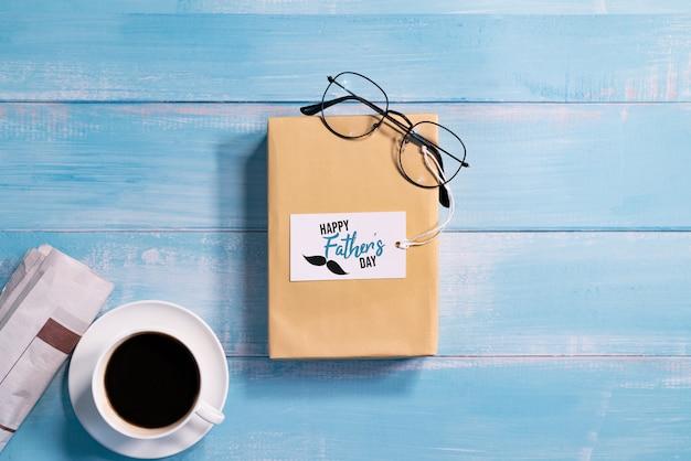 Feliz dia dos pais, caixa de presente com uma xícara de café e óculos