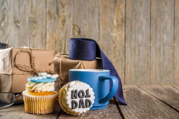 Feliz dia dos pais com cupcakes e presentes