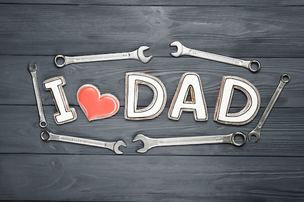 Feliz dia dos pais conceito. biscoitos em um fundo preto. texto eu amo pai.