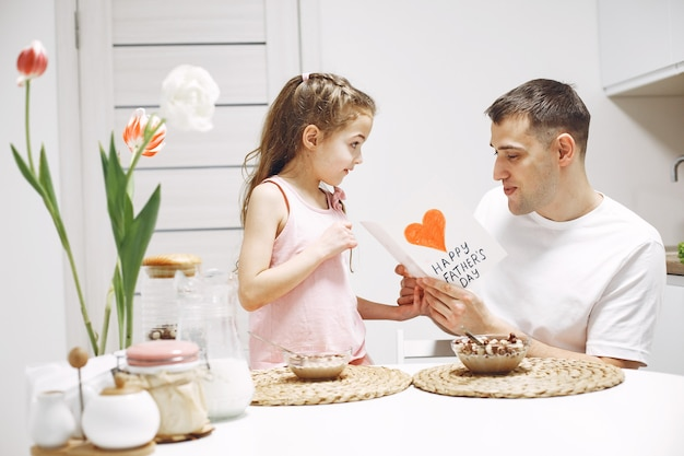 Feliz dia dos pais. filha cumprimenta papai. filha com o pai.