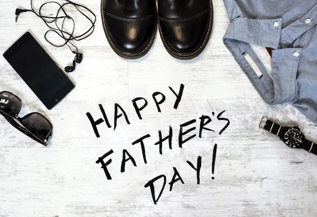 Feliz dia dos pais inscrição com macho em uma mesa de madeira sobre um fundo branco no estilo grunge. foto matizada.