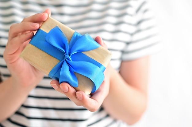 Feliz dia dos pais ou presente vatertag nas mãos de uma filha para seu pai ou avô