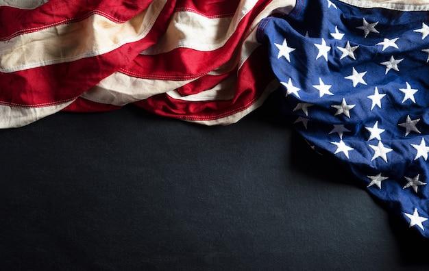 Feliz dia dos presidentes conceito com a bandeira dos estados unidos na madeira preta