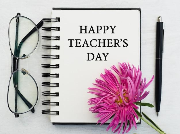 Feliz dia dos professores. lindo cartão de felicitações. close-up, vista de cima. conceito de feriado nacional. parabéns para família, parentes, amigos e colegas