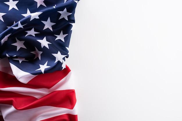 Feliz dia dos veteranos. bandeiras americanas contra branco