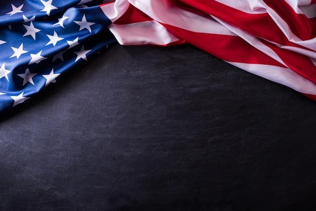 Feliz dia dos veteranos. veteranos da bandeira americana contra um fundo de quadro-negro.