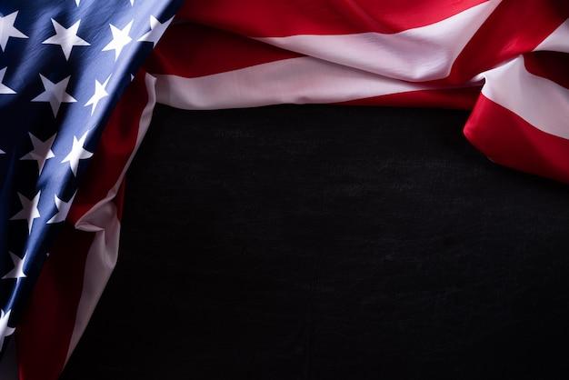 Feliz dia dos veteranos. veteranos de bandeiras americanas contra um quadro-negro
