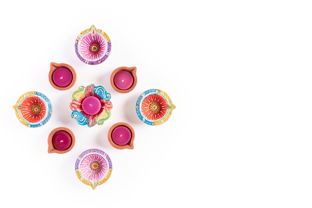 Feliz diwali - diya de lâmpada de óleo tradicional colorido em branco
