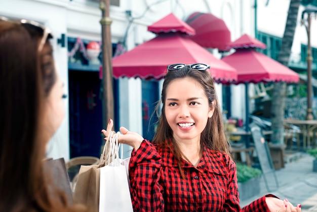 Feliz, dois, mulher asian, com, bolsas para compras