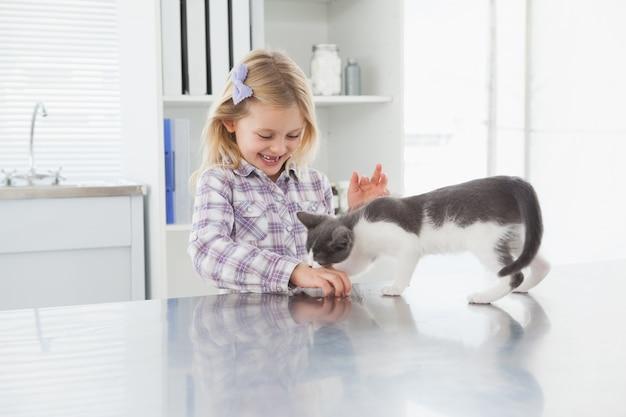 Feliz dono acariciando sua linda gatinha