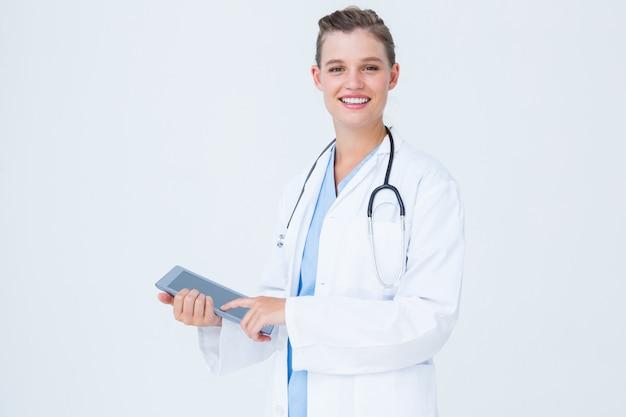 Feliz, doutor, segurando, tabuleta, pc