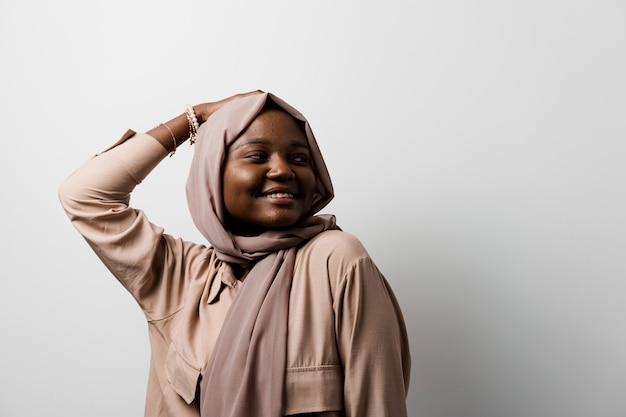 Feliz e engraçada garota negra. jovem mulher muçulmana sorrindo.