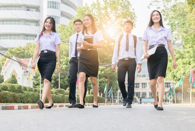 Feliz e inteligente estudante andando na estrada