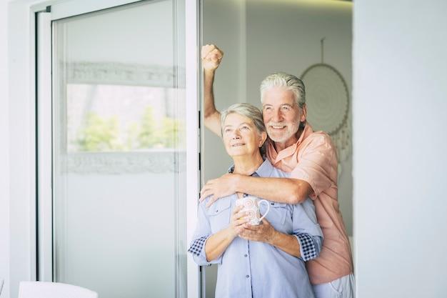 Feliz e lindo casal de aposentados curtindo o dia juntos