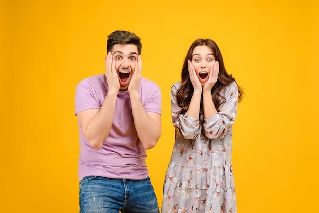 Feliz e surpreso homem e mulher isolado