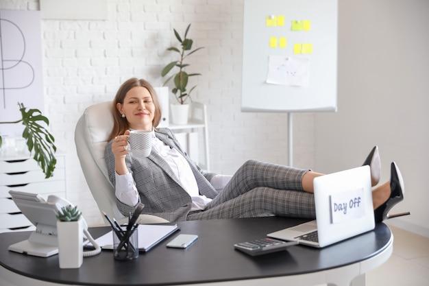 Feliz empresária antes do fim de semana no escritório