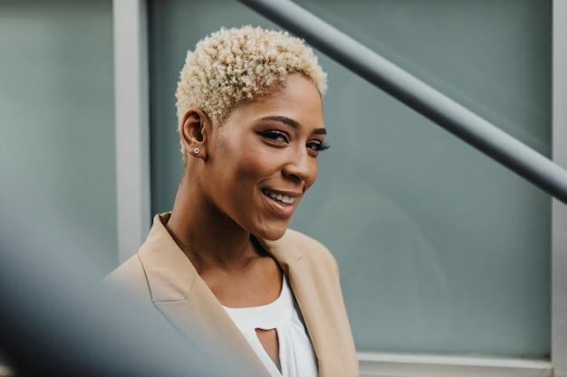 Feliz empresária negra confiante nas escadas