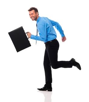Feliz empresário com maleta correndo