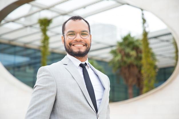 Feliz empresário de sucesso posando do lado de fora