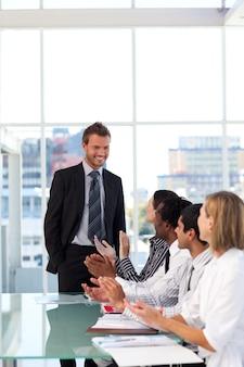 Feliz empresário depois de dar uma apresentação com sucesso