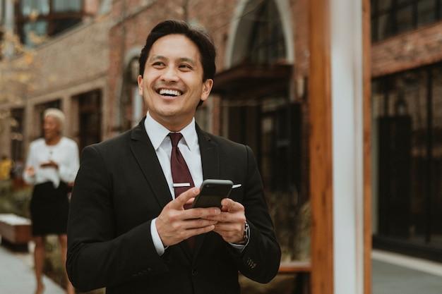 Feliz empresário falando ao telefone no centro da cidade