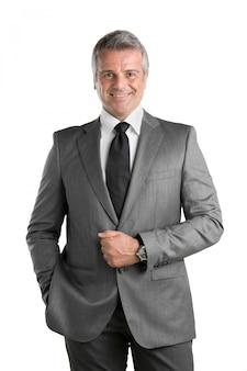 Feliz empresário maduro de terno olhando para a câmera e sorrindo, isolado no fundo branco
