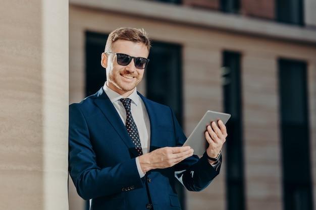 Feliz empresário masculino com touch pad
