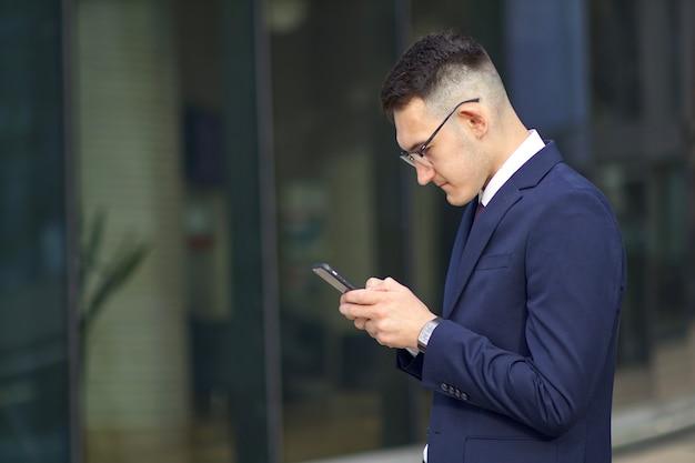 Feliz empresário positivo falando ao telefone
