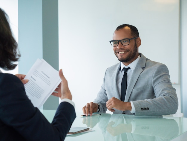 Feliz empresário satisfeito com o negócio