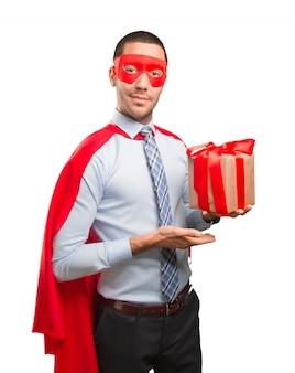 Feliz empresário super com um presente