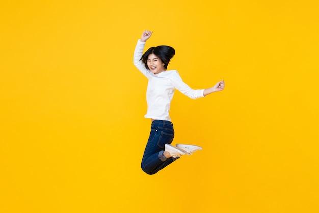Feliz, energético, mulher asian, pular, mid-air