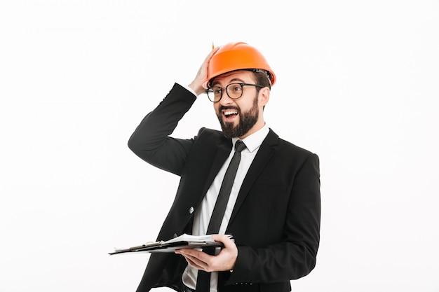 Feliz engenheiro empresário no capacete