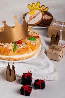 Feliz epifania saborosa disposição de tortas e presentes