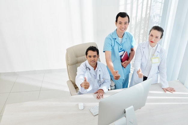 Feliz equipe de médicos