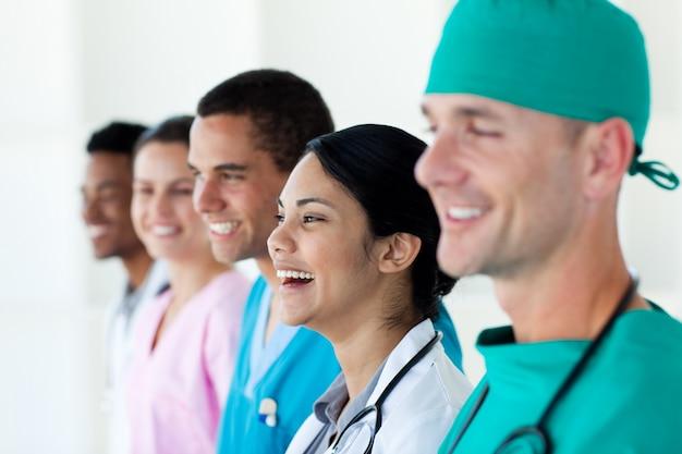 Feliz equipe médica internacional em uma fileira
