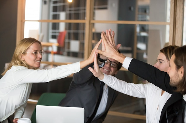 Feliz, equipe negócio, dar, alto-cinco, junto, compromisso promissor, e, lealdade