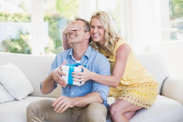 Feliz, esposa, dar, presente, para, marido, em, a, sala de estar