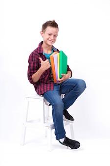 Feliz estudante aparência europeia de camisa e calça jeans