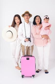 Feliz família asiática está pronta para viajar