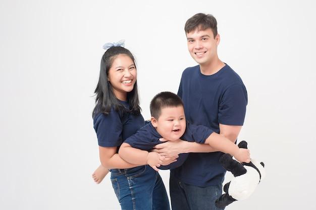 Feliz família asiática goza com filho em estúdio