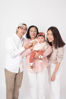 Feliz família asiática na parede branca