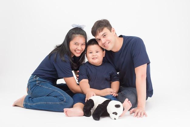 Feliz família asiática são desfrutar com o filho em estúdio