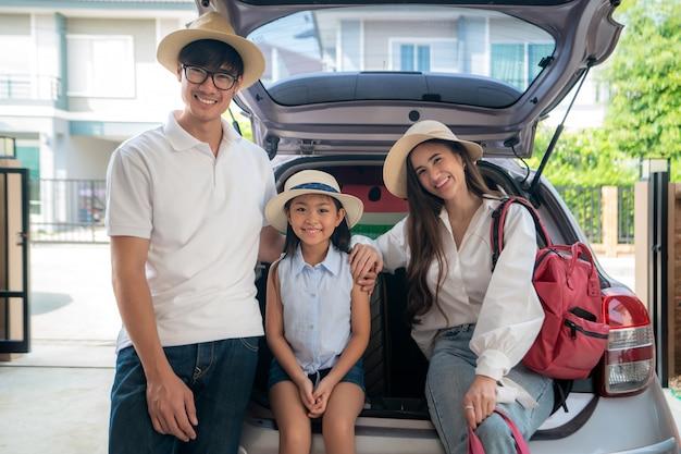 Feliz família asiática se preparando para uma viagem