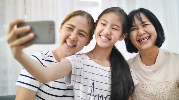 Feliz, família asiática, tomar, selfie, foto, tiro, junto, por, smartphone, multi, geração, de, ásia