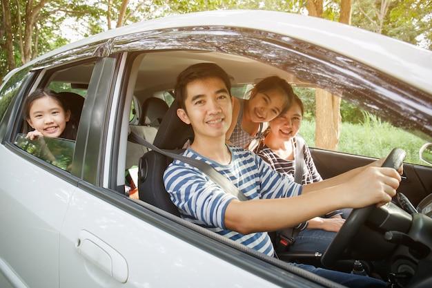 Feliz família asiática viajando juntos por mini van