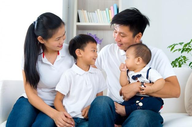 Feliz família asiática