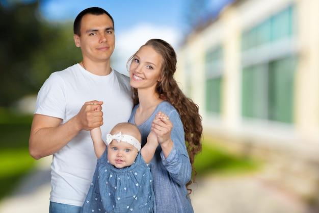Feliz família jovem