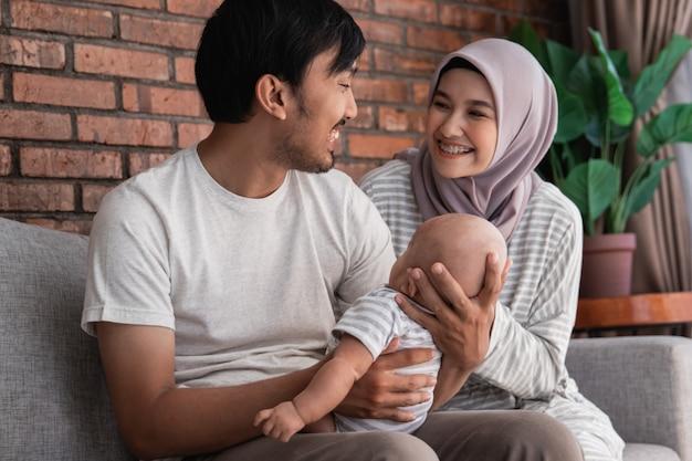 Feliz família muçulmana com um bebê fofo