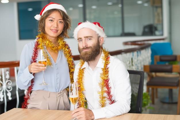 Feliz, família multiétnica, par, celebrando, natal